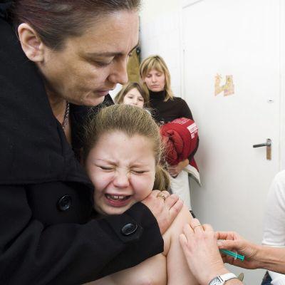 Tyttöä rokotetaan sikainfluenssaa vastaan.