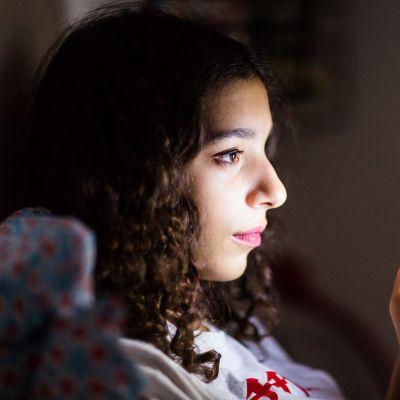 nuori nainen katsoo puhelintaan