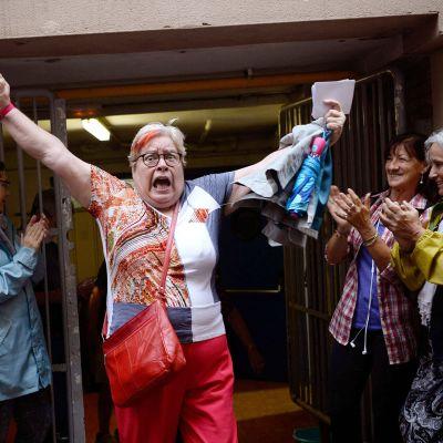 Nainen juhlii äänestyspaikan ulkopuolella äänestyksensä jälkeen.
