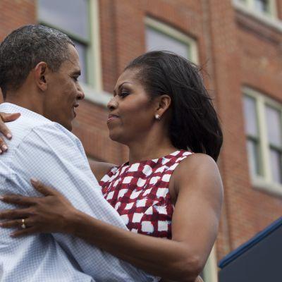 Michelle ja Barack Obama halaavat.