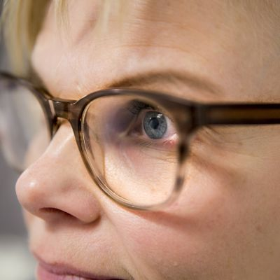 neisella silmälasit päässä