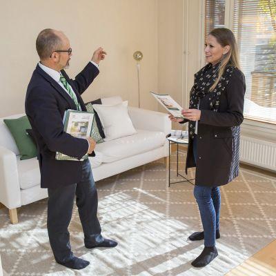 Ville Rantanen Kiinteistömaailmasta esittelee Pia Lundenbergille rivitaloasuntoa Helsingin Laajasalossa.