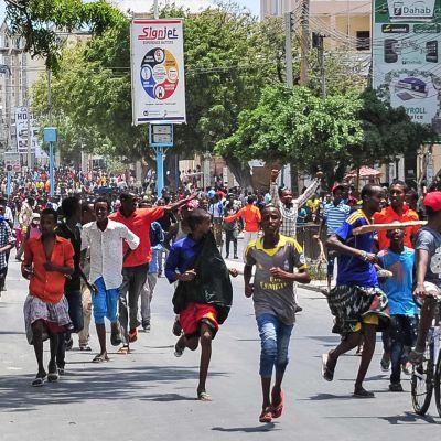 Mielenosoittajat marssivat Mogadishussa 18.lokakuuta.