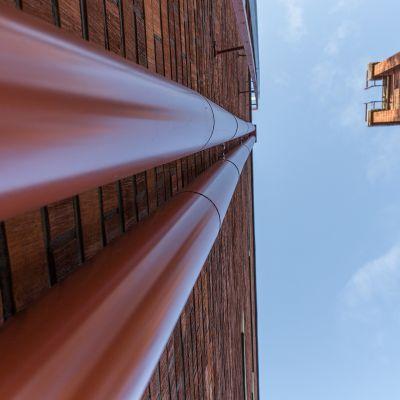 Lämpöpumpun putket vievät katolle, kuva alhaalta.