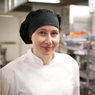 Jenna keittiössä.