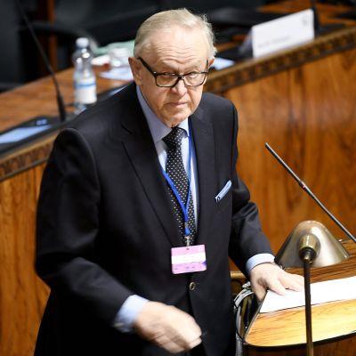 Martti Ahtisaari puhuu eduskunnassa.
