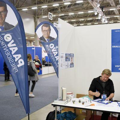 Paavo Väyrysen kannattajakortteja kerättiin Helsingin Kirjamessuilla 26. lokakuuta