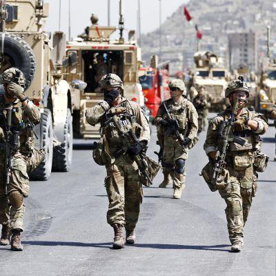 Naton sotilaita partioivat Kabulin kadulla Afganistanissa.