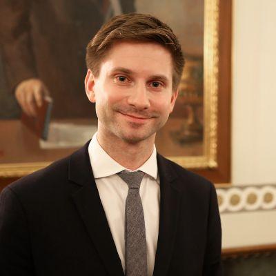Kokoomuksen Lauri Kattelus hymyilee kameralle.