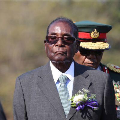 Zimbabwen presidentti Robert Mugabe tarkastamassa kunniakomppaniaa.