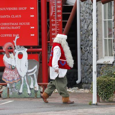 joulupukki kävelyllä kylässään