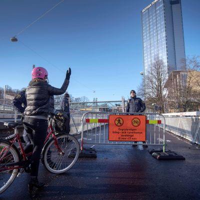 Pyöräilijä ihmetteli tiesulkua, joka oli pystytetty kongressikeskuksen eteen, jossa EU:n huippukokous järjestetään Göteborgissa 15. marraskuuta.