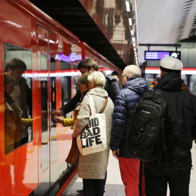 matkustajia menossa metroon
