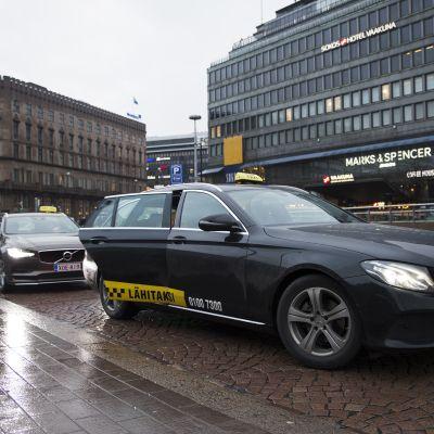 Takseja Helsingin rautatieasemalla