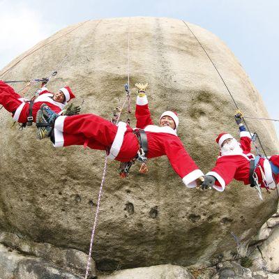 Eteläkorealaiset kalliokiipeilijät Choi Young-Sook, Shim Kwon-Sik, Lee Se-Jung ja Cha Ho-Eun juhlistivat joulukauden alkua pukeutumalla joulupukin pukuihin Bulam-vuorella Soulissa.