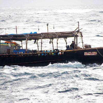 Japanin viranomaiset viemässä pohjoiskorealaista kalastusvenettä satamaan Hokkaidon saarella 30. marraskuuta.