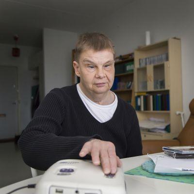 syntymästään sokea Christina Sandström valmistautuu kuuntelemaan äänilehteä
