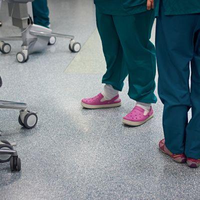 Sairaanhoitajia sairaalan käytävällä.