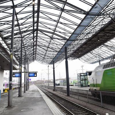 Helsingin rautatieaseman lasikatos raiteiden 11 ja 12 yläpuolella.