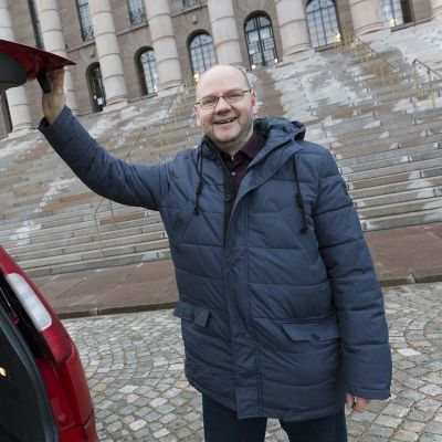 Poliittista kielenkäyttöä tutkinut kielentutkija Vesa Heikkinen eduskuntatalon edessä.