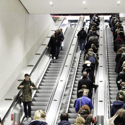 Ihmisiä Matinkylän metroaseman rullaportissa.