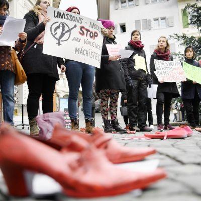 Mielenosoittajat osallistuvat #metoo-kampanjaan Sveitsin Lausannessa.