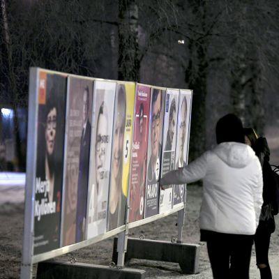 Presidentinvaalien mainoksia Helsingin Siltamäessä.