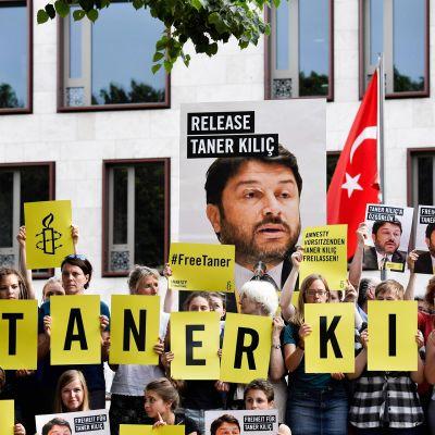 Ihmisoikeusjärjestö Amnestyn aktivistit vaativat Roomassa 15. kesäkuuta 2017 Taner Kılıçin vapauttamista.