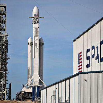 Elon Muskin SpaceX -yrityksen rakentama raketti pystyy viemään 64 tonnin kuorman maan kiertoradalle.