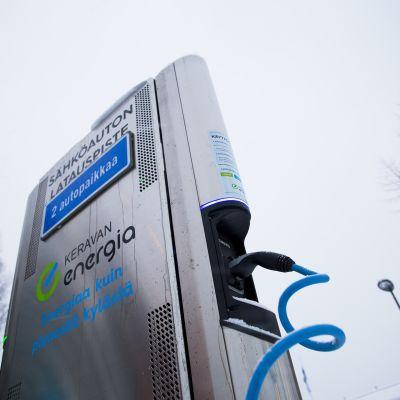 Keravan Energialla on kaksi ilmaista sähköautojen latauspistettä: Urheilupuiston parkkipaikalla ja rautatieasemalla.