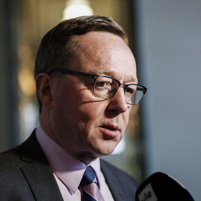 Elinkeinoministeri Mika Lintilä vastaamassa median kysymyksiin ennen menoaan keskustan eduskuntaryhmän kokoukseen eduskunnassa 15. helmikuuta.