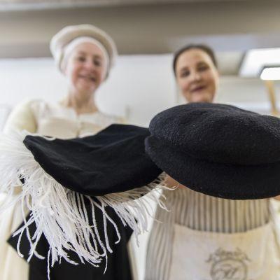 Paula Hohti ja Jane Malcolm-Davis valmistavat renesanssilakkeja.