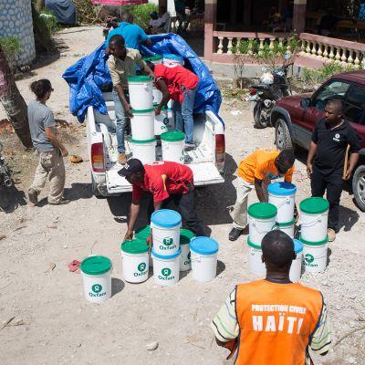 Hyväntekeväisyysjärjestö Oxfamin työntekijöitä avustustyössä Haitilla.