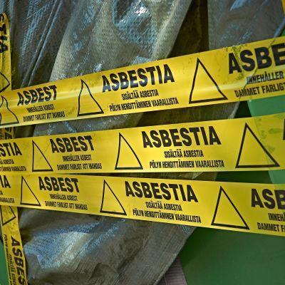 Varoitus asbestista rakennustyömaalla.