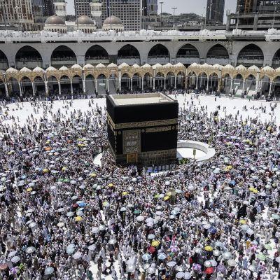 Pyhiinvaltajat kiertävät Kaabaa tawaf-rituaalin aikana Mekassa.