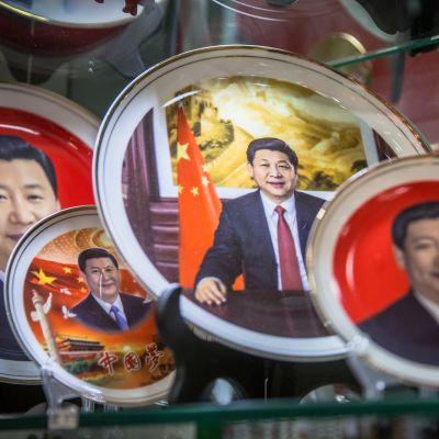 Kiinan presidentin kasvokuvilla koristettuja lautasia.