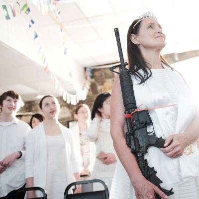 Nainen pitelee AR-15 -puoliautomaattikivääriä kirkossa Newfoundlandissa.