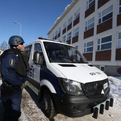 Oulussa poliisi sai 23. maaliskuuta 2018 ilmoituksen Raksilassa liikkuvasta epäilyttävästä miehestä, joka väitti pitävänsä hallussaan ampuma-asetta.