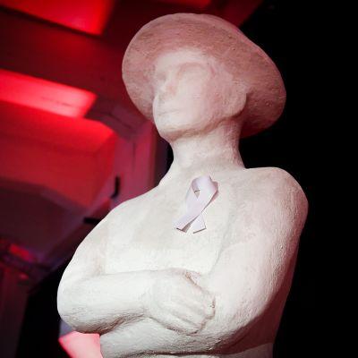 Valkoinen nauha Jussi-palkintoa esittävän patsaan rinnassa kuvattu ennen Jussi-gaalan alkua Helsingissä perjantaina 23. maaliskuuta.