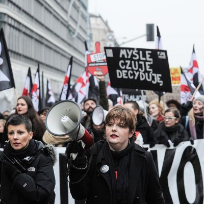 Black Friday  -mielenilmaus järjestettiin Varsovassa naisten aborttioikeuden tiukennuksia vastaan 22. maaliskuuta.