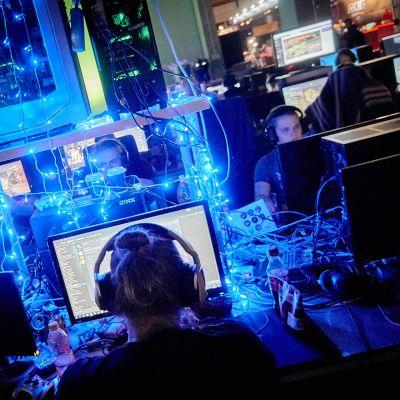 Assembly-tapahtumaa vuodelta 2017. Ihmisiä pelaamassa tietokonepelejä.