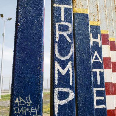 Yksityiskohta Meksikon ja Usan välisestä raja-aidasta Plays de Tijuanassa.