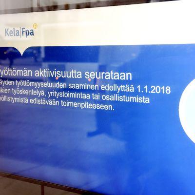 Työttömien aktiivisuuden seurannasta kertova tiedote Kelan toimipisteen ilmoitustaululla Helsingissä.