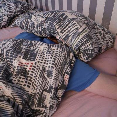 Mies nukkumassa