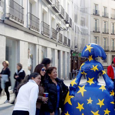 Selfien ottajia Madridissa muotisuunnittelija Agatha Ruiz de la Pradan tekemän patsaan edessä.