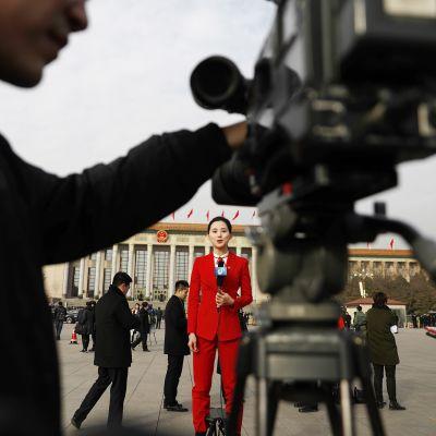 Kiinalainen toimittaja raportoi Tienanmenin aukiolla Pekingissä.