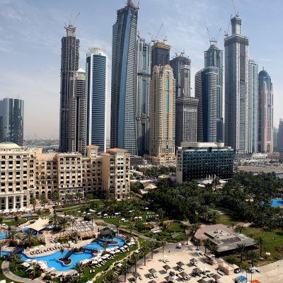 Luksushotelleja ja pilvenpiirtäjiä Dubaissa.