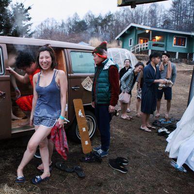 Japanilainen Iri Kimura, 28, piipahti Takero Shintanin (vas.) teettämässä autosaunassa saunafestivaaleilla.