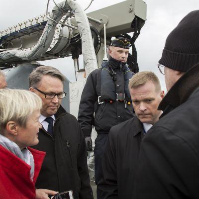 Maanpuolustuskurssin osallistujat kävivät tutustumassa öljy- ja ympäristövahinkojen torjuntaan tarkoitettuun Louhi-monitoimialukseen.