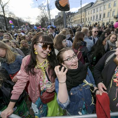 Juhlijoita odottamassa Mantan lakitusta Kauppatorilla